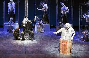 大駱駝艦「擬人」の舞台。2017年9月、東京の世田谷パブリックシアター=川島浩之氏撮影