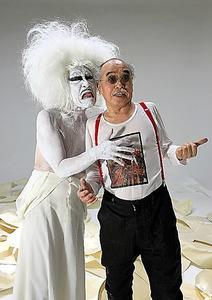 友人の荒木経惟さん(右)と、「超人擬人」公演の宣伝写真撮影後のスナップ。2017年