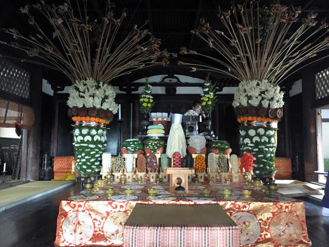 聖霊院に飾り付けられた供物。左右の高い塔のようなものが大山立で、竹串に刺した鳳凰とツバメの団子が最上部につけられている