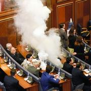 コソボ、議場に催涙ガス 一時混乱も国境問題を解決