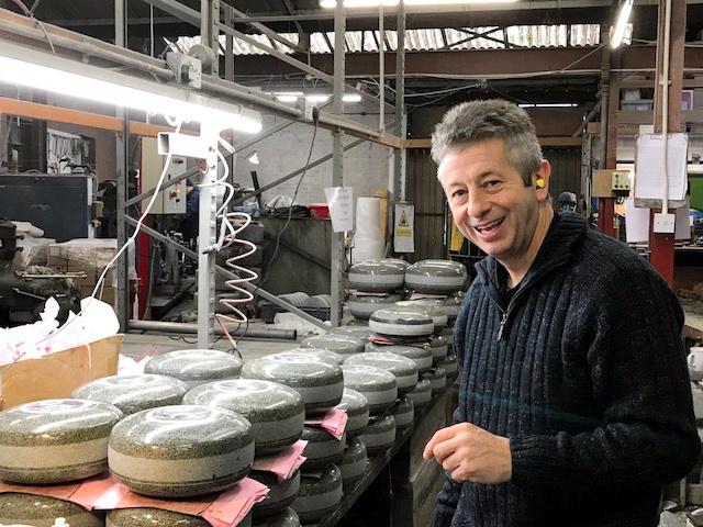 ストーンの製造工程を見せるマーク・カランさん=英スコットランド・モクリン、稲垣康介撮影