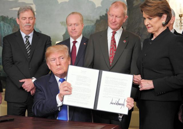 米ホワイトハウスで22日、関税などの制裁措置をかける大統領令に署名したトランプ大統領=AFP時事
