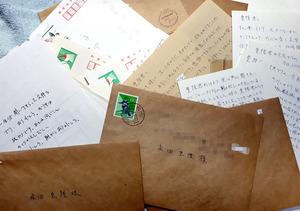 入院中の妻から届いた手紙やはがき=2007年ごろ(画像を一部加工しています)