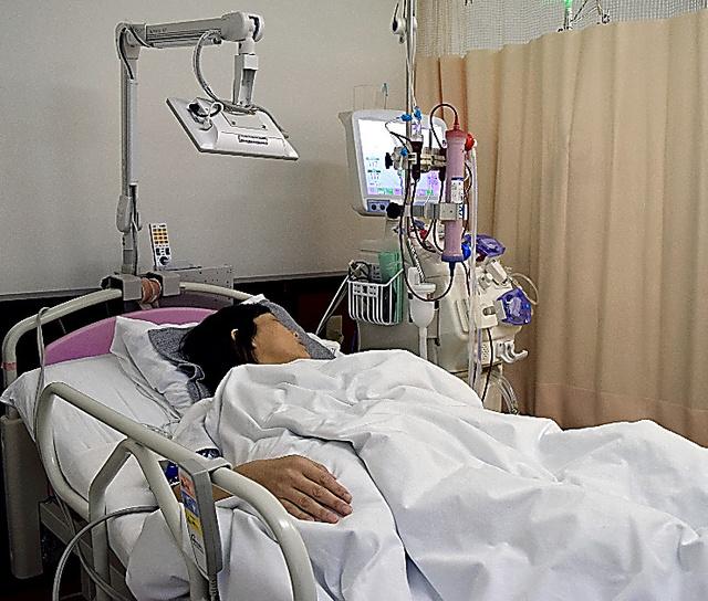 女性は出産後、かかりつけ医で透析を受けている=24日、東京都墨田区のつばさクリニック