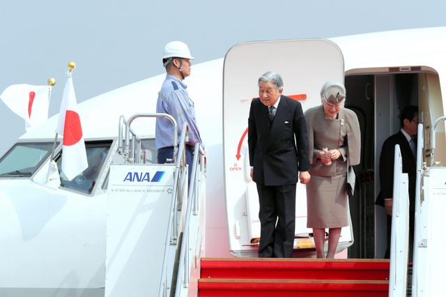 沖縄へ向かう特別機に乗り込む天皇、皇后両陛下=27日午前10時31分、羽田空港、関田航撮影