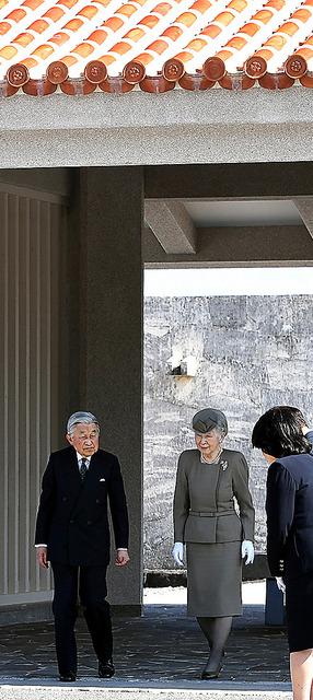 国立沖縄戦没者墓苑を訪れ、供花を終えた天皇、皇后両陛下=山本裕之撮影
