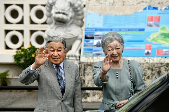 与那国空港に到着し、出迎えの人に手を振る天皇、皇后両陛下=28日午後0時4分、沖縄県与那国町、日吉健吾撮影