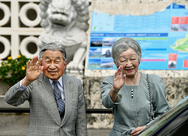 与那国空港に到着し、手を振る天皇、皇后両陛下=28日午後、沖縄県与那国町、日吉健吾撮影