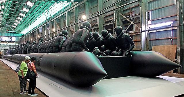 艾未未が手掛けた巨大難民ボートの作品