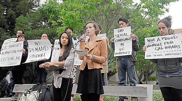 2016年4月、カリフォルニア大バークリー校で、教授によるセクハラを訴える大学院生ら=AP