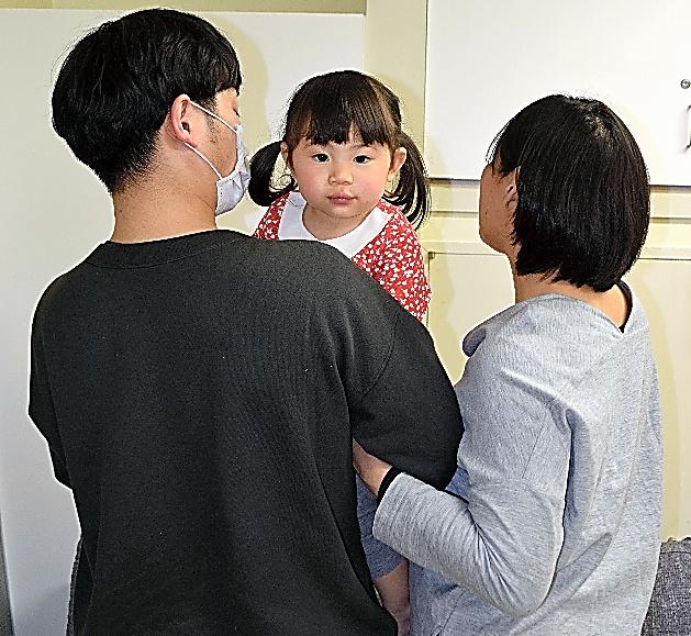 長男の出産を控えて入院する女性(右)。夫が長女を連れてきてくれるのが待ち遠しかった=2018年3月、東京女子医大、女性提供