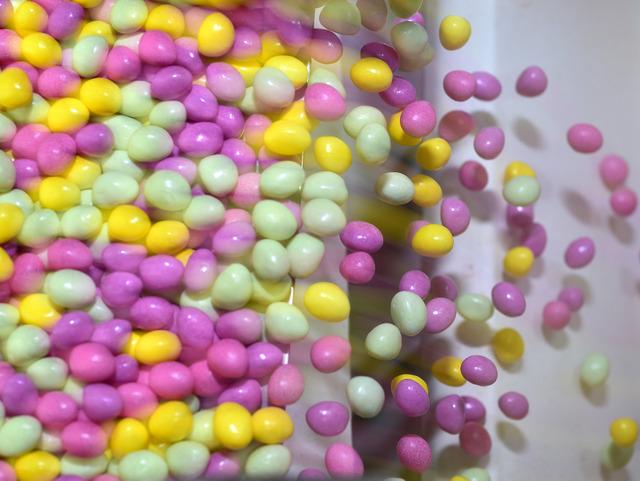 グレープ、マスカット、レモン……。工場内は甘い香りが漂う=奈良県大和郡山市、滝沢美穂子撮影