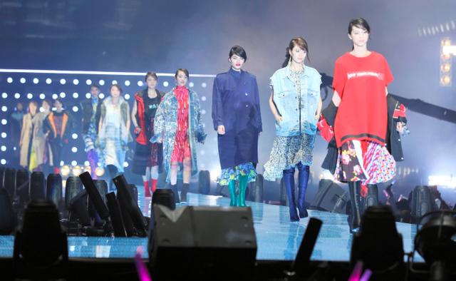 東京ガールズコレクション(TGC)で春夏のファッションを披露するモデルたち=31日午後、横浜市港北区の横浜アリーナ、瀬戸口翼撮影
