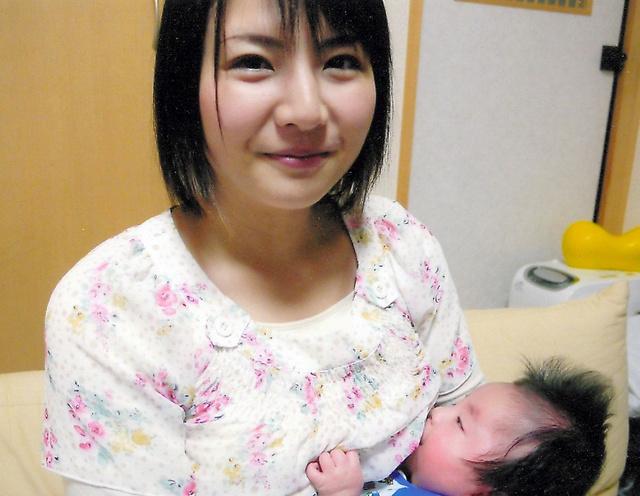 次男に授乳する大井さん。もう授乳できなくなるかもしれないと覚悟していた=2010年4月、本人提供