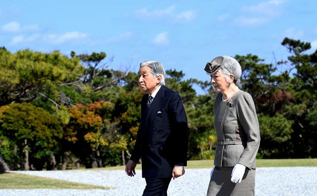 糸満市の国立沖縄戦没者墓苑に供花した天皇、皇后両陛下