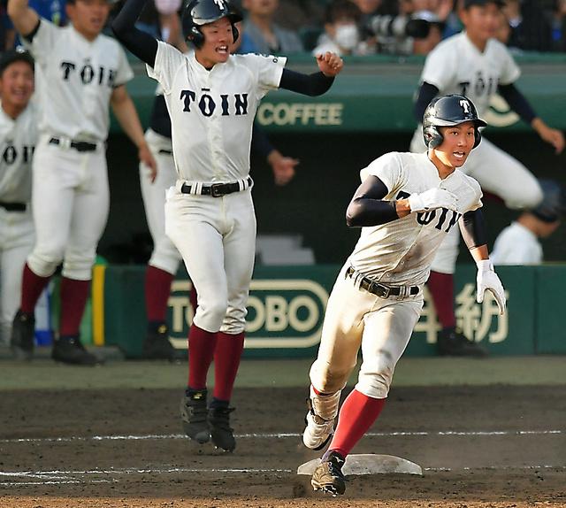 十二回裏大阪桐蔭2死一塁、藤原はサヨナラ打を放ち、一塁を回る=加藤諒撮影