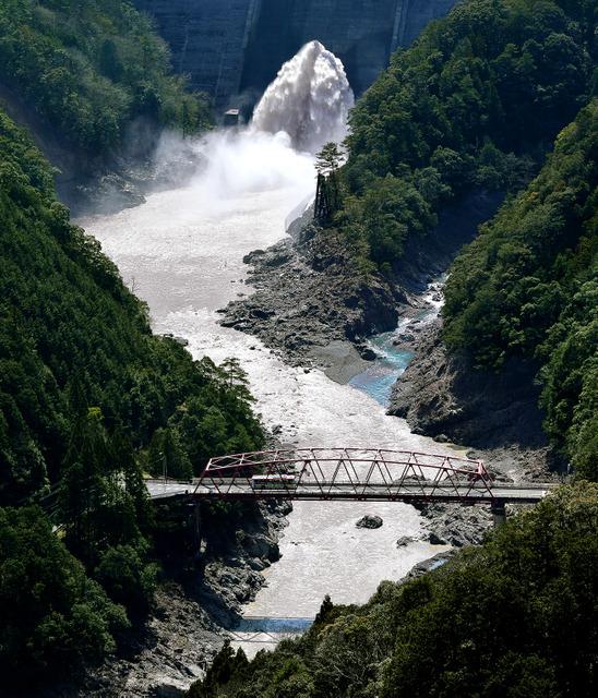 日本一の路線バスは、いくつもの山を縫い、トンネルを抜け、橋を渡り、紀伊半島を縦貫する=奈良県十津川村の風屋(かぜや)ダム、本社ヘリから