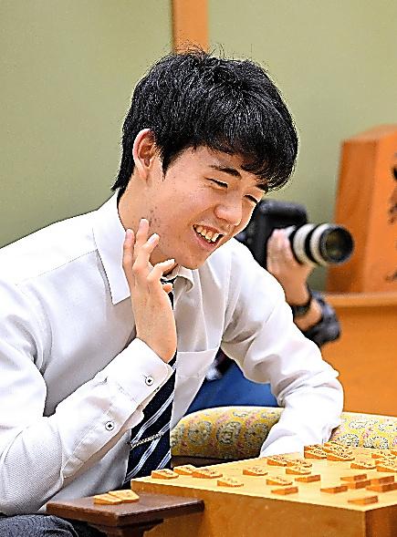 棋王戦の予選で勝利し、対局を振り返る藤井六段=5日、大阪市の関西将棋会館