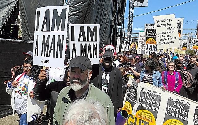 「私は人間だ」と書かれたプラカードを掲げて行進に参加する市民=4日、メンフィス、沢村亙撮影