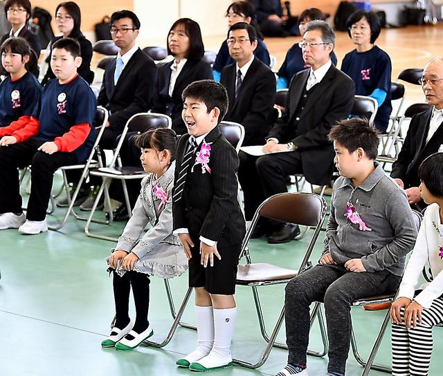 なみえ創成小・中学校の開校式・入学式で名前を呼ばれ、元気よく返事をする児童=6日午前、福島県浪江町、福留庸友撮影