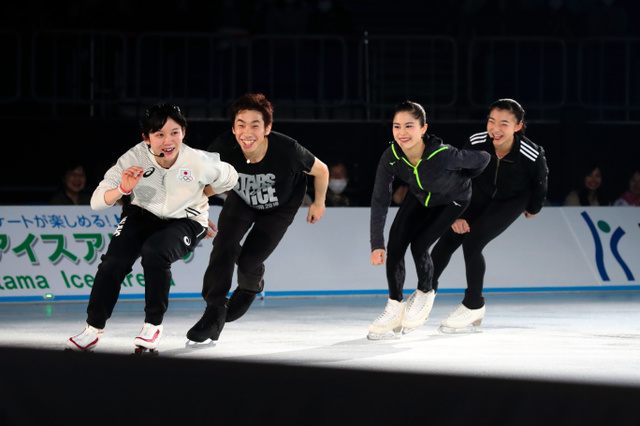 団体追い抜きに挑戦する(左から)高木美帆、織田信成さん、宮原知子、坂本花織(写真提供:スターズオンアイス/JapanSports)