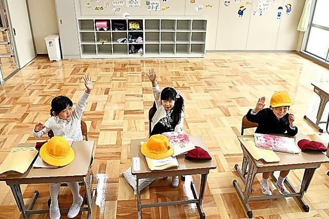 入学式後、教室で先生の話を聞く新1年生の3人。1人は三春町で再開している仮校舎に通う=6日午後、福島県富岡町、福留庸友撮影