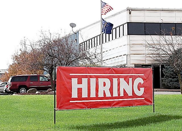「求人募集中」と書かれた看板。地域の失業率は4%を下回る=2017年10月