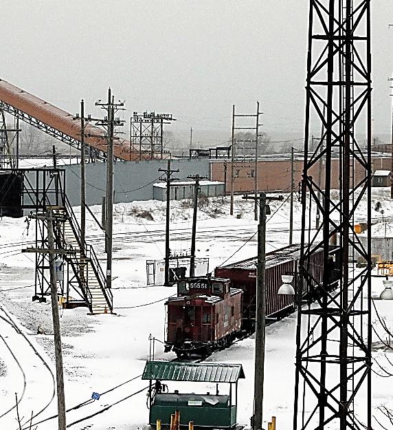 エリー湖沿いの港に隣接した貨物鉄道の操車場。かつては鉄鉱石の集積港として栄えた=3月、オハイオ州アシュタビュラ、五十嵐大介撮影