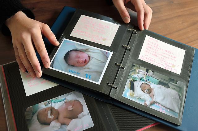 凜音ちゃんと凜空くんが生まれたときの写真を収めたアルバム=横浜市