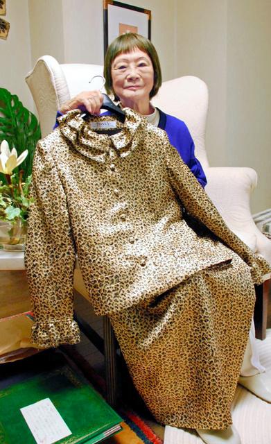 90歳を迎えてデザイナーを引退する際、自らの死に装束を手がけた近藤年子さん。小説「女の勲章」の主人公、式子のモデルのひとりだった=大阪府吹田市、2010年5月
