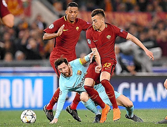 ローマの選手に囲まれるバルセロナのメッシ=AFP時事