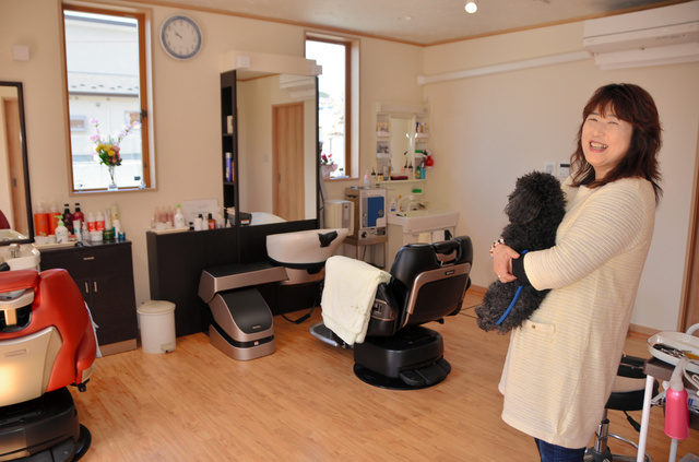震災7年を経て再建した理容室。「地域のため」にこだわった=10日、岩手県大槌町安渡