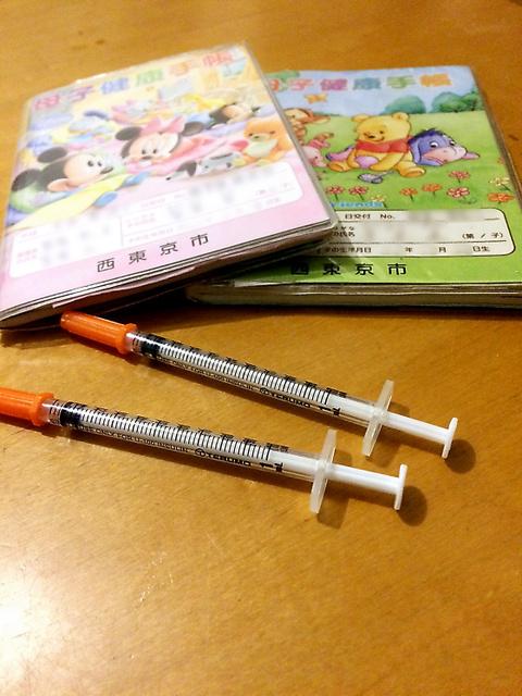 2人の子どもの母子手帳と不育症の治療で使った注射器=菅原然子さん提供(画像の一部を修整しています)