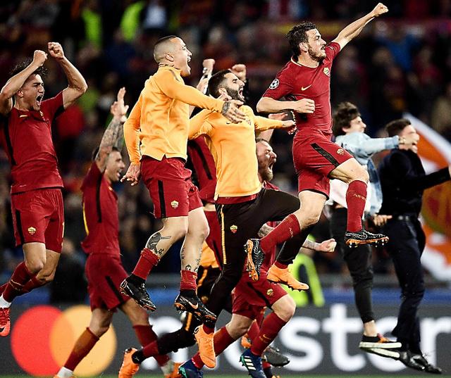 劇的な勝利をおさめ喜ぶローマの選手たち=AFP時事