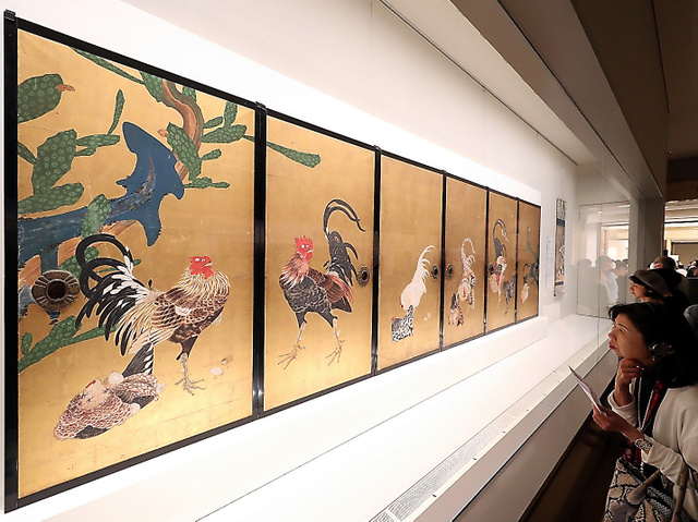 内覧会で伊藤若冲の「仙人掌(さぼてん)群鶏図襖(ふすま)」を鑑賞する人たち=12日夜、東京国立博物館、藤原伸雄撮影