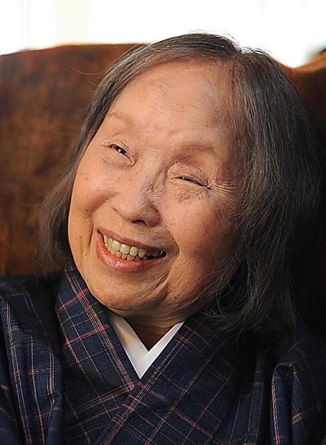 チャーミングな笑顔で、会う人みんなを魅了した石牟礼道子さん=2012年3月