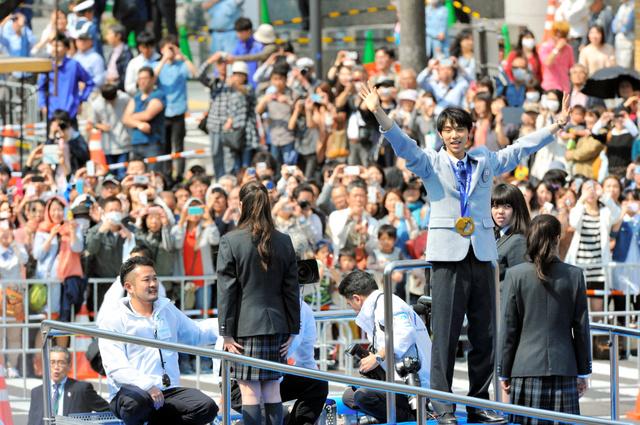 前回のパレードで声援に応える羽生結弦選手(右)=2014年4月、仙台市青葉区