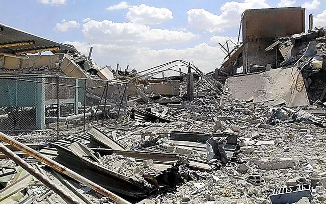 シリアの首都ダマスカス近郊で14日、米英仏軍の攻撃で破壊されたという研究施設。シリア国営通信提供=AP