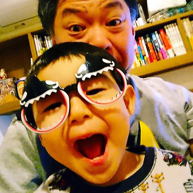 2歳になった長男笑福(えふ)くんと=鈴木おさむさんの2018年3月14日のブログより