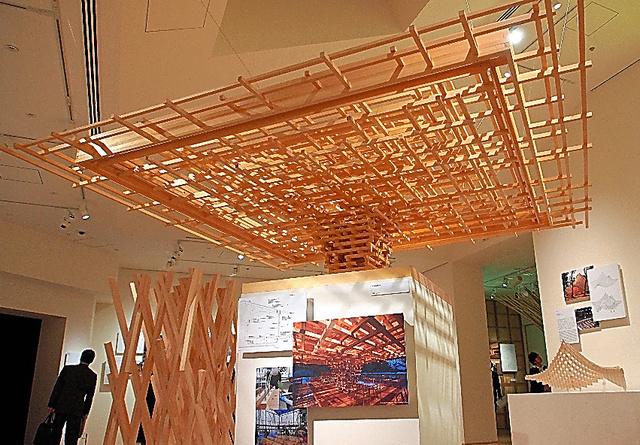傘状の屋根などを見せる「木」の展示