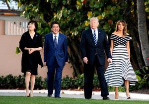 同じ柄のネクタイで芝生歩く ゴルフの約束も 日米首脳