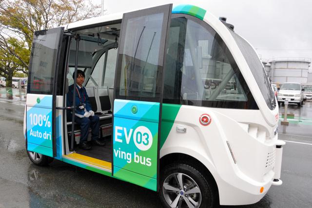 中央の扉を開けた電気自動車(EV)バス=大熊町