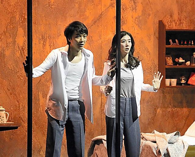 井上芳雄(左)と、ともさかりえ=宮川舞子氏撮影