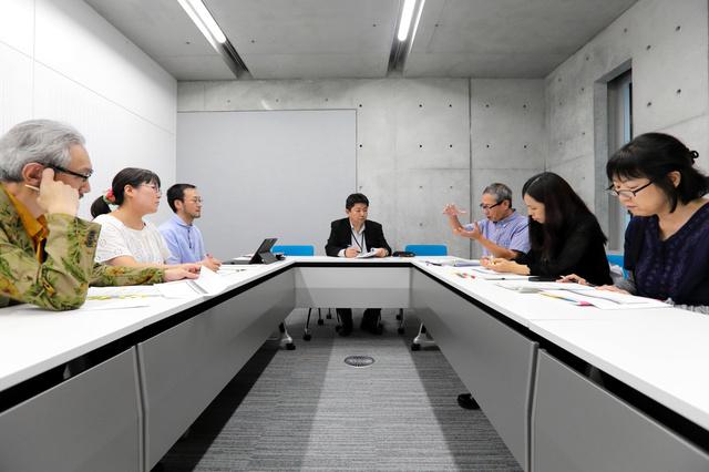 新規項目や改訂を検討する編集会議の様子=小学館提供
