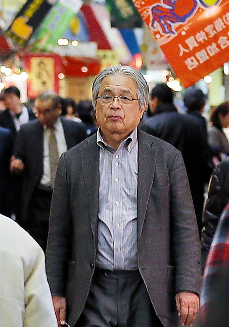 故郷・北九州の市場を歩く葉室麟さん=2015年3月、北九州市小倉北区、金子淳撮影