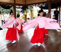 メンバーは女性だけ「女子神楽」豊前・春日神社で初奉納