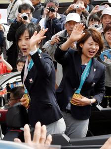 高木姉妹が故郷幕別でパレード 金メダルの「恩返しを」