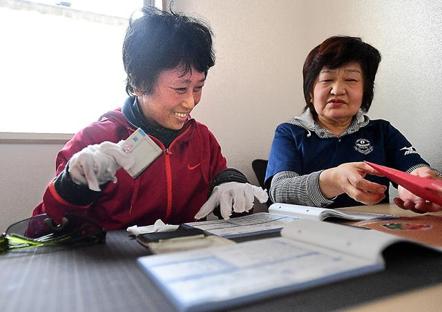 脱線事故で後遺症を負った鈴木順子さん(左)。初めての仕事場で作業を続けている=2018年4月9日、兵庫県伊丹市、水野義則撮影