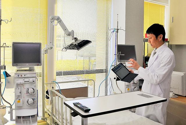県立医大との遠隔診療ができる人工透析室=福島県南相馬市の市立総合病院