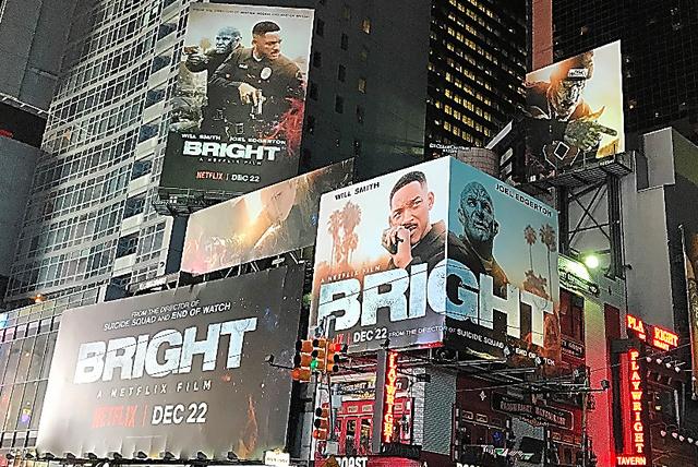 ネットフリックスのオリジナル作品「ブライト」の大きな広告が、ニューヨークのタイムズスクエアで掲げられていた